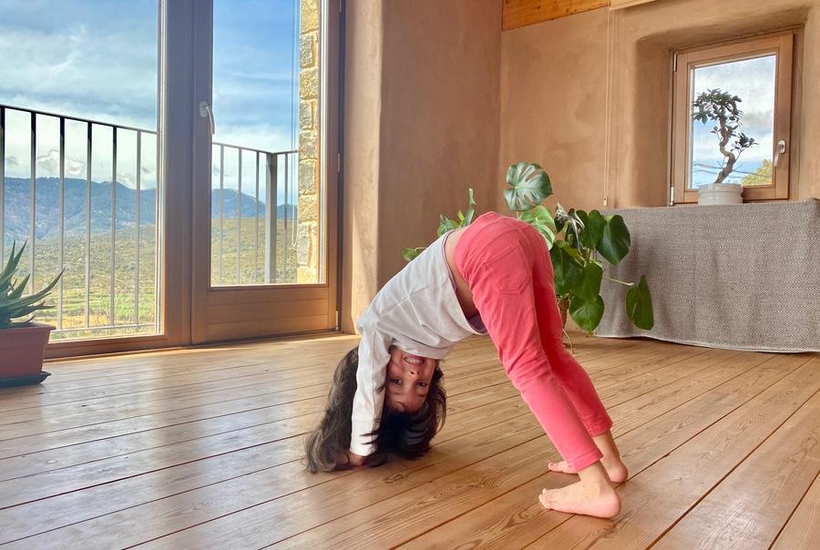 Yoga para niñas y niños yoga en familia Casa Cuadrau